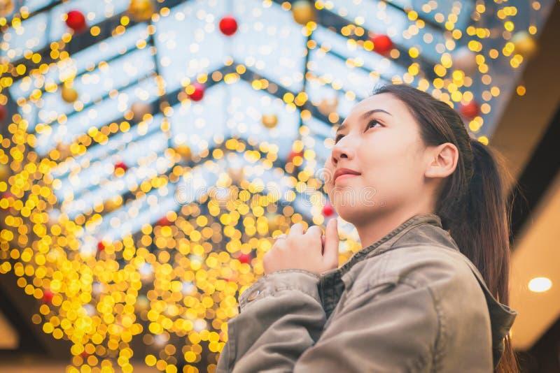 Härliga asiatiska kvinnor reser och ler med ljus bokehbakgrund fotografering för bildbyråer