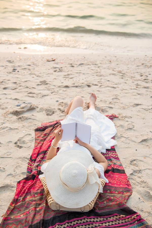 Härliga asiatiska kvinnor reser på stranden på sommar royaltyfria foton