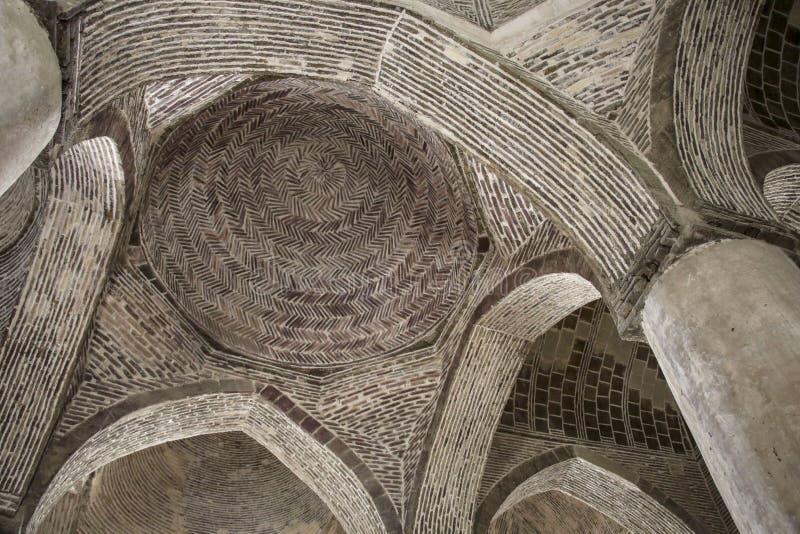 Härliga bågar och kolonner inom den Jameh moskén i Esfahan, Iran arkivbilder