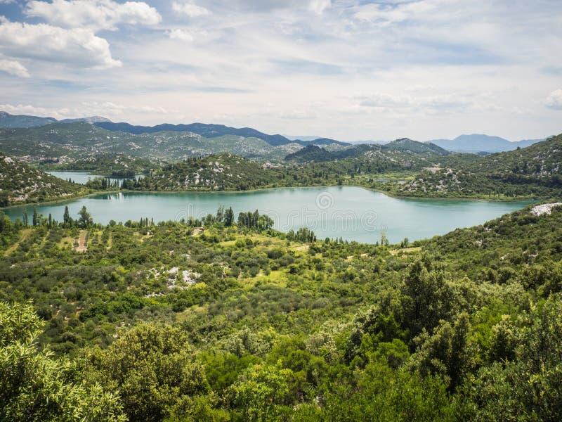 Härliga Bacina sjöar i Dalmatia, Kroatien - semestra destinationen royaltyfria bilder