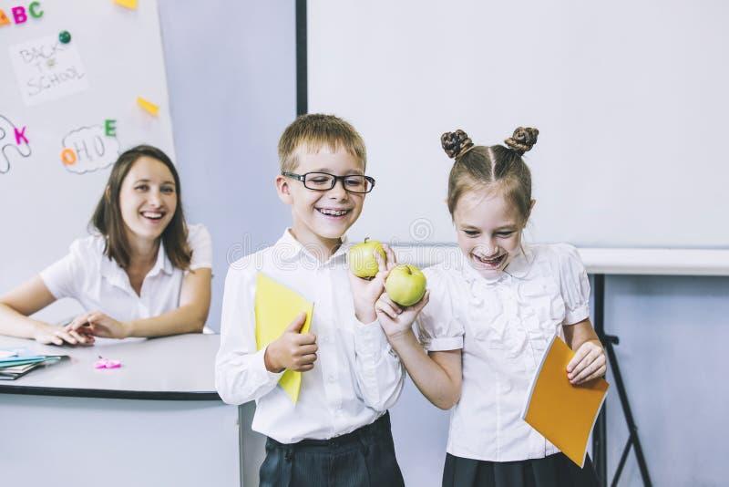 Härliga barn är studenter tillsammans i ett klassrum i schoo royaltyfri foto
