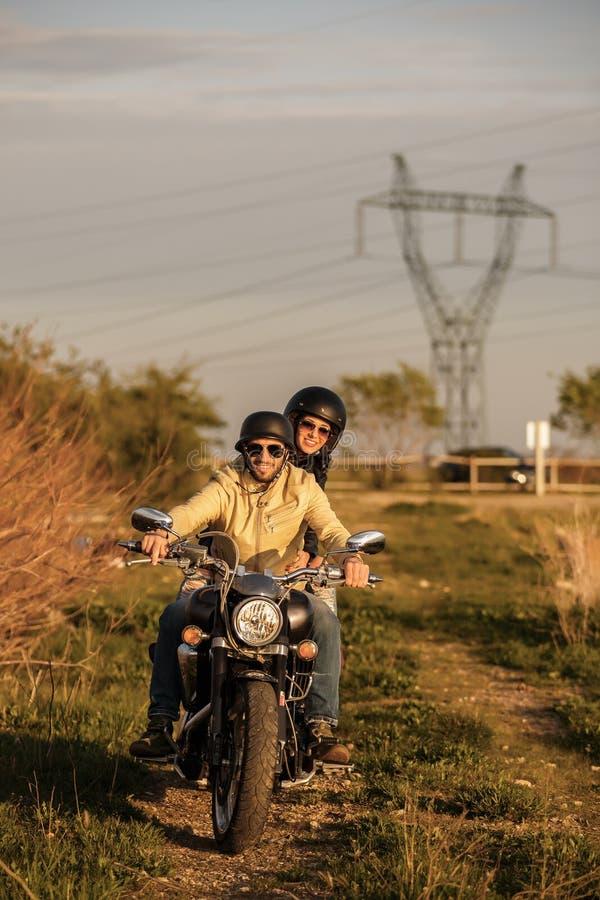 Härliga barnpar med en motorcykel arkivbilder