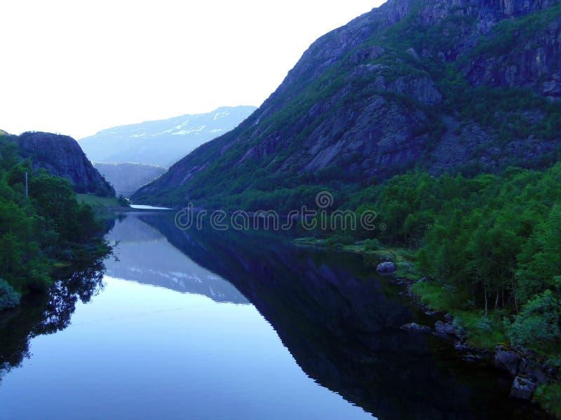 Härliga berg, hem och sjö, Norge royaltyfria bilder