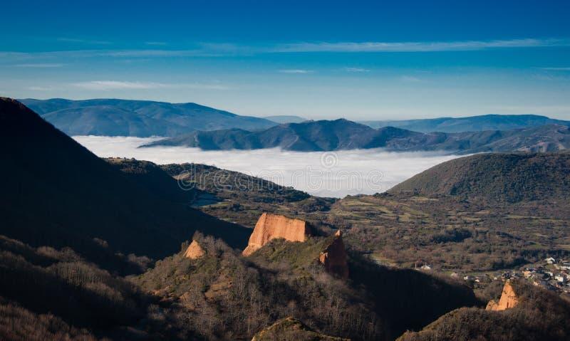 Härliga berg med dimma, El Bierzo royaltyfri foto