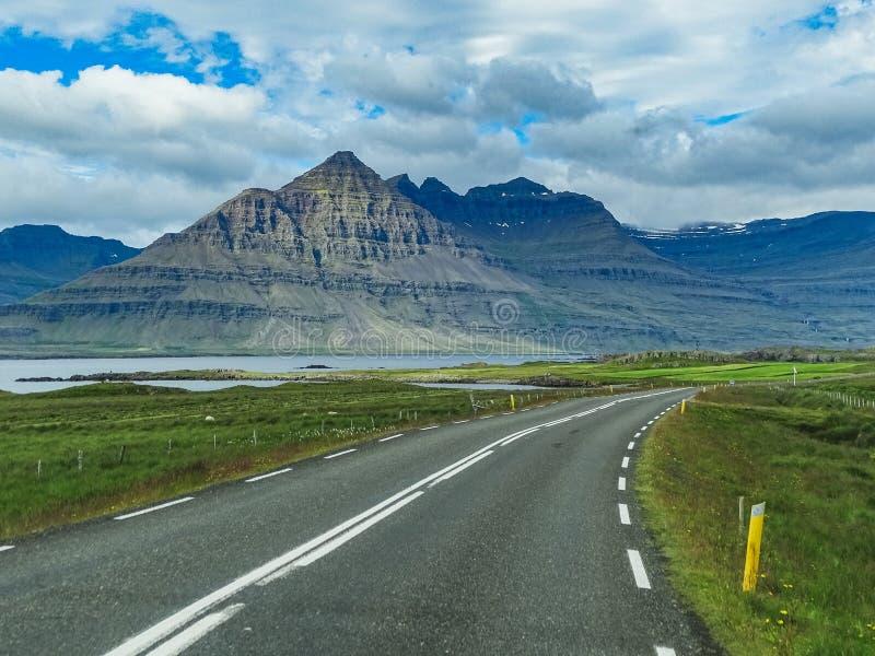 Härliga berg med dramatisk himmel längs ringleden royaltyfri foto