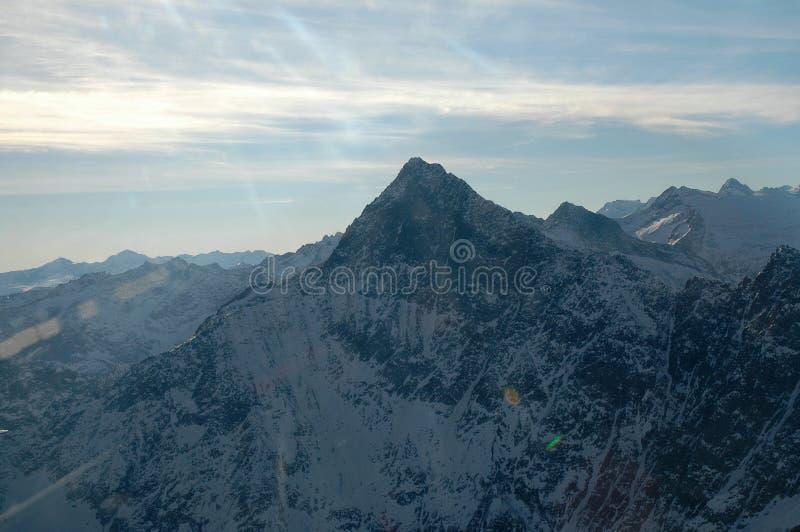 Härliga bergskies och moln arkivbilder