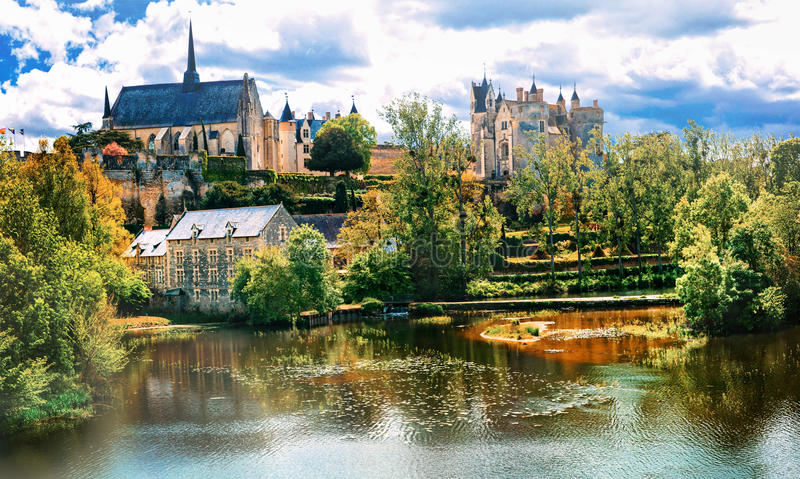 Härliga bildmässiga Loire Valley - sikt med Chateau de Montreui royaltyfri bild