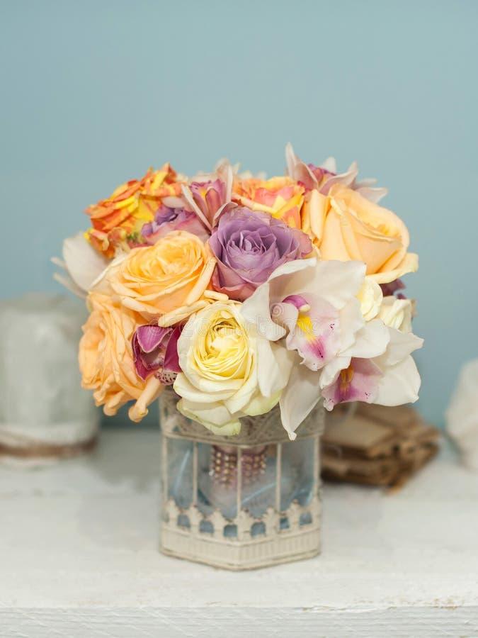 Härliga blommor på tabellen arkivbilder