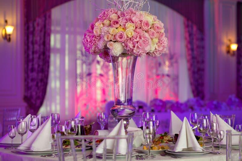 Härliga blommor på tabellen i bröllopdag Lyxig feriebakgrund royaltyfria foton