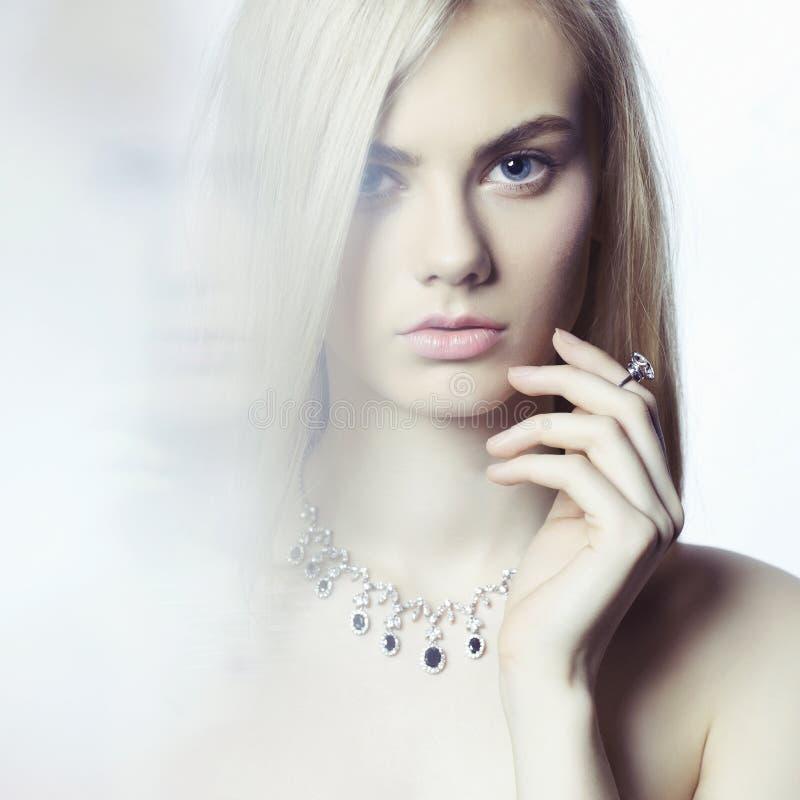 härliga blonda smycken royaltyfri bild