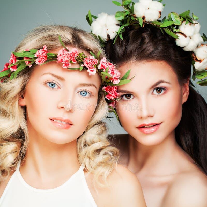 Härliga blondin- och brunettmodeller arkivbild