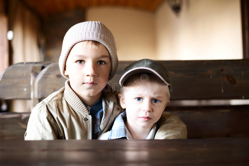 Härliga bröder på tabellen fotografering för bildbyråer