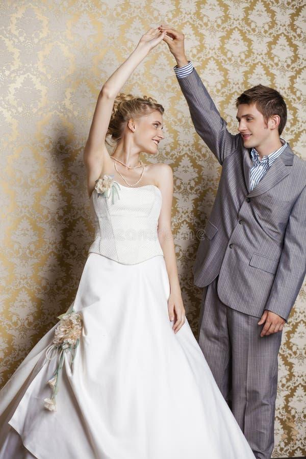 Härliga brölloppar som tillsammans poserar Ung härlig parnolla royaltyfria bilder