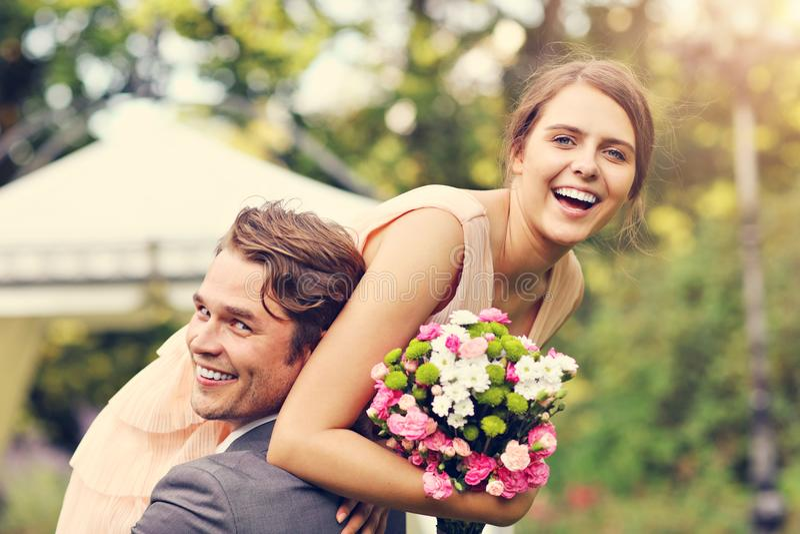Härliga brölloppar som tycker om att gifta sig royaltyfri foto