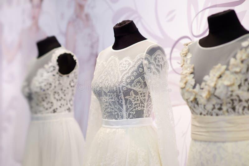 Härliga bröllopsklänningar arkivbilder