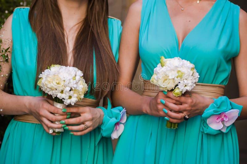 Härliga buketter av blommor som är klara för den stora bröllopceremonin royaltyfri bild