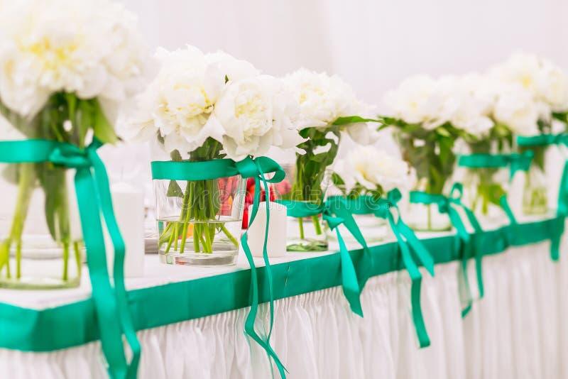Härliga buketter av vita blommor arkivfoton
