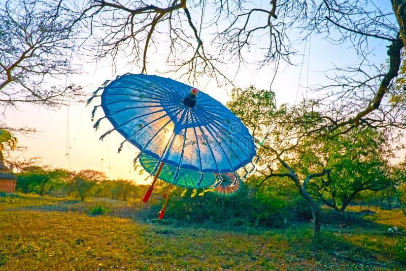 Härliga Burmese paraplyer, Bagan, Myanmar royaltyfri foto