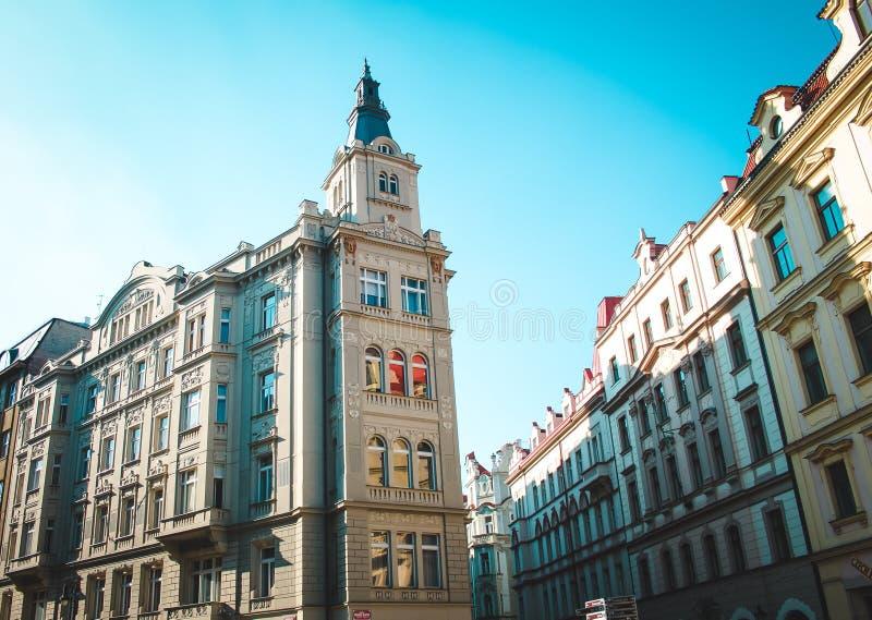 Härliga byggnader på den europeiska gatan arkivbilder