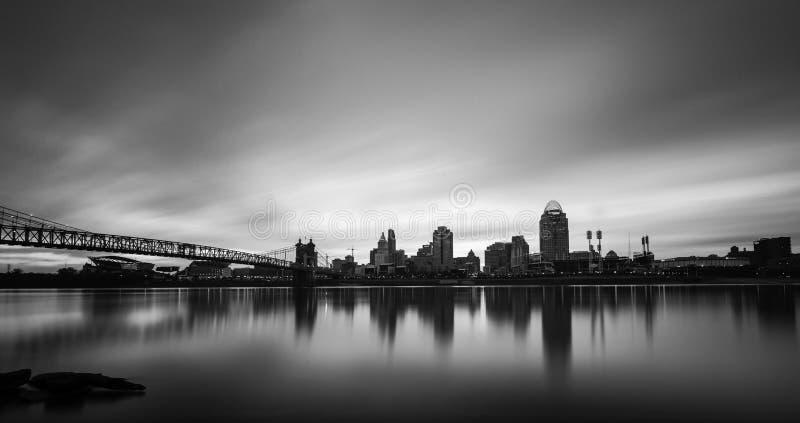 Härliga Cincinnati i svartvitt arkivfoton