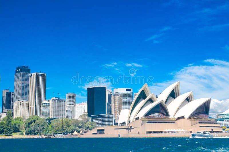 Härliga cityscapesikter av Sydney i solskendag med blå himmel på bakgrunden arkivfoton