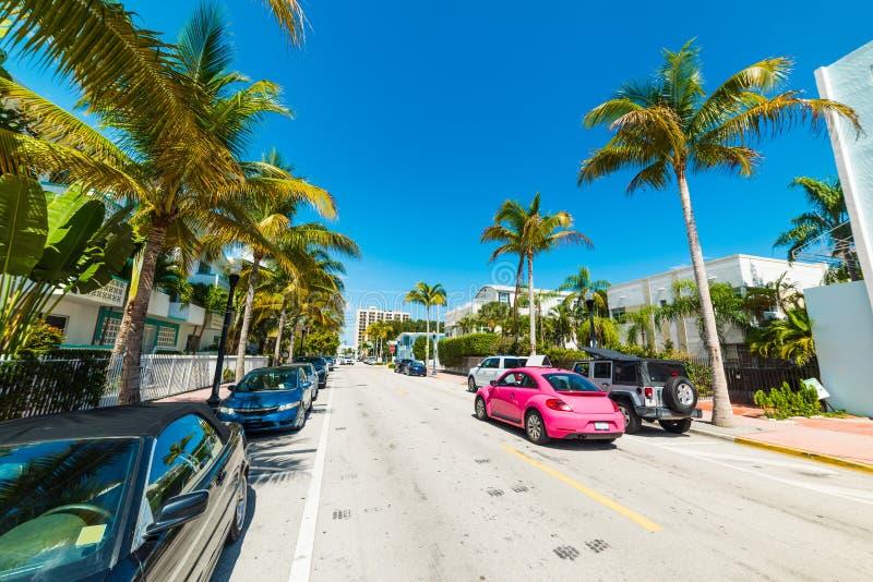 Härliga Collins Avenue i Miami Beach på en solig dag royaltyfria bilder