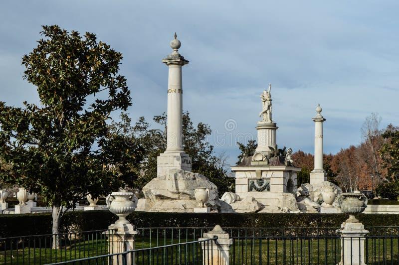 Härliga colums och statyn i spanjor parkerar royaltyfri fotografi