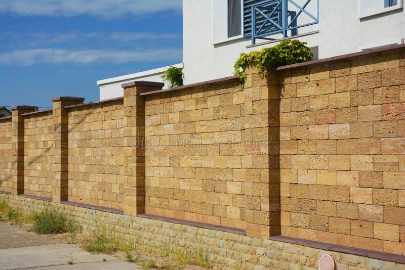 Härliga Coquina, Shelly Limestone Fence Wall Naturlig sten F royaltyfri foto
