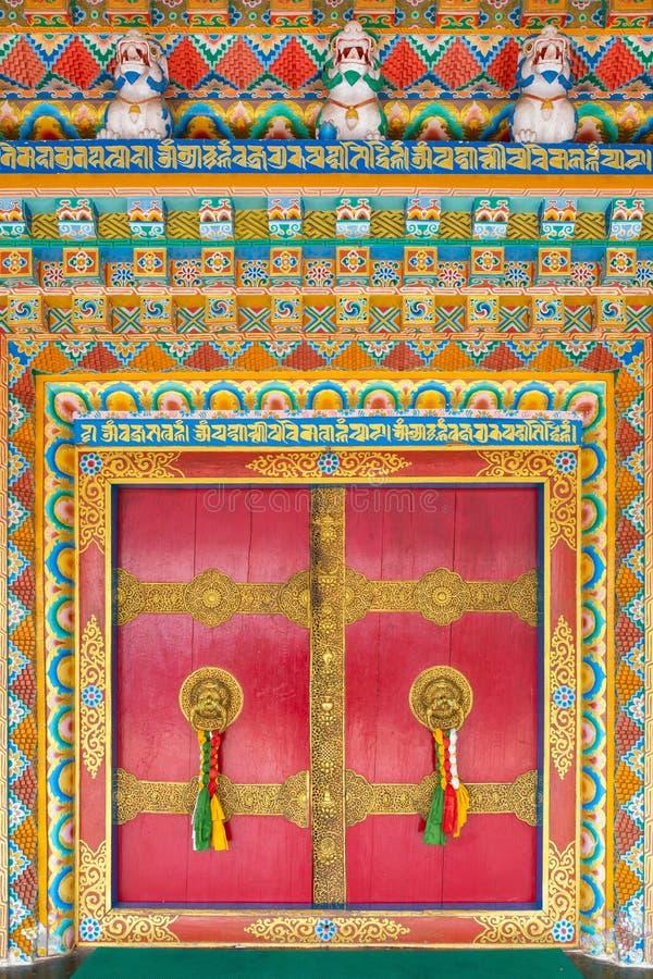 Härliga dörrar med det guld- dörrhandtaget i den Rumtek kloster i Gangtok, Indien arkivbilder