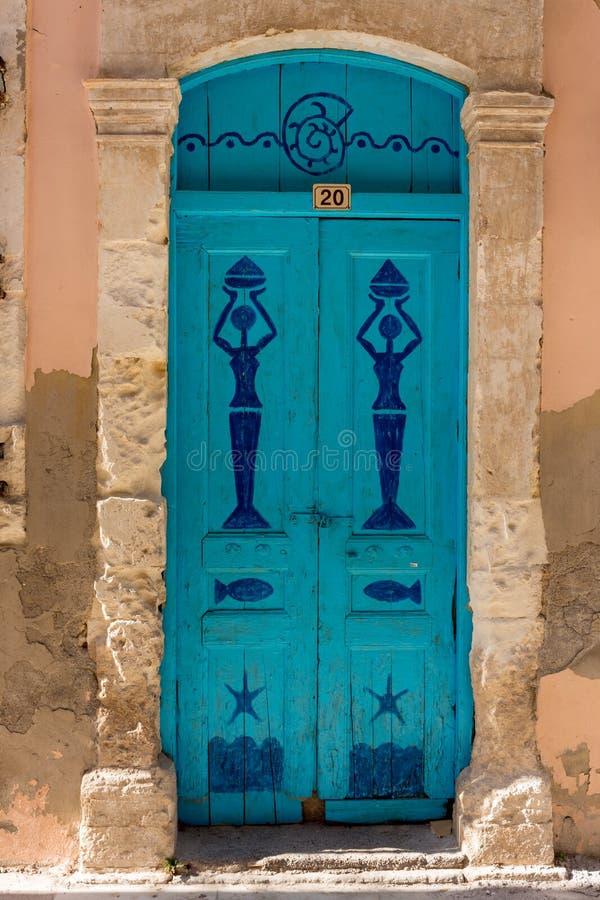 Härliga detaljer av en dörr i Rethymno, Kreta, Grekland royaltyfri bild