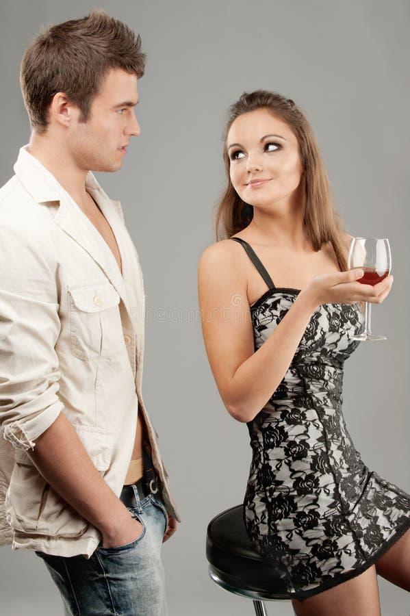 härliga drinkar man winekvinnan royaltyfri foto