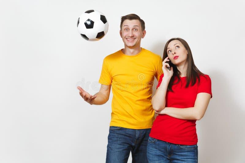 Härliga europeiska ungdomar, fotbollsfan eller spelare på vit bakgrund Sport lek, hälsa, sunt livsstilbegrepp arkivfoton