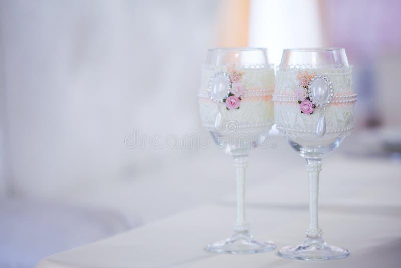 Härliga exponeringsglas av champagne och vin som gifta sig dekoren, beröm, närbild arkivbild