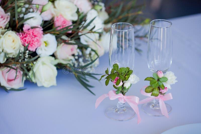 Härliga exponeringsglas av champagne och vin som gifta sig dekoren, beröm, närbild royaltyfria foton