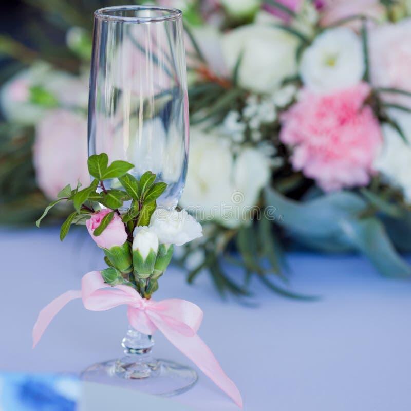Härliga exponeringsglas av champagne och vin som gifta sig dekoren, beröm, närbild royaltyfri foto