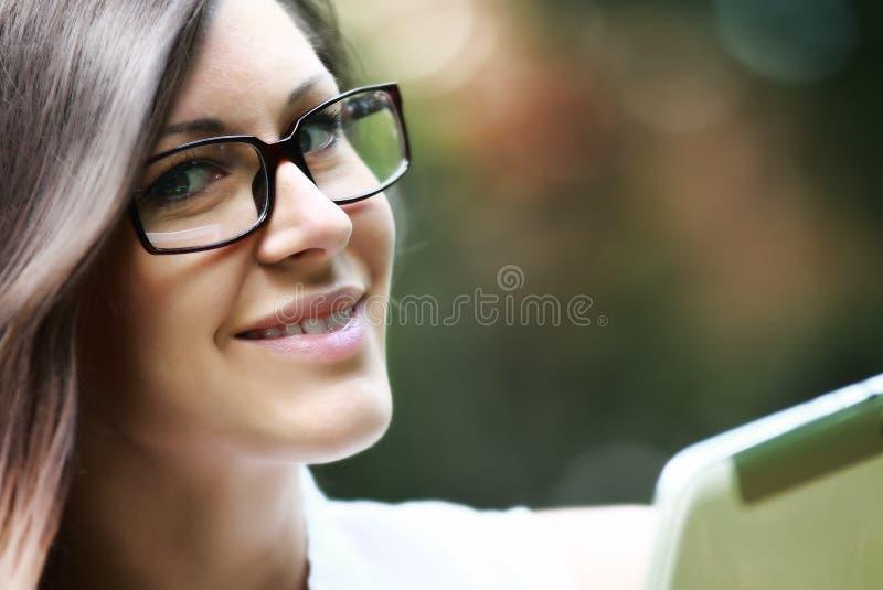 härliga exponeringsglas som ler kvinnabarn arkivfoto