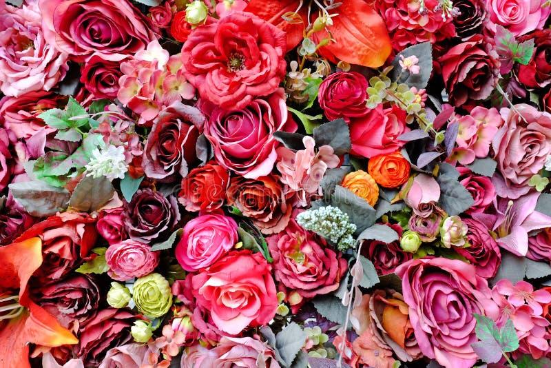 Härliga färger bukett av för den plast- ros- och Lilly blomman med olika blommor Dekorativ färgrik blom- väggbakgrund arkivbild