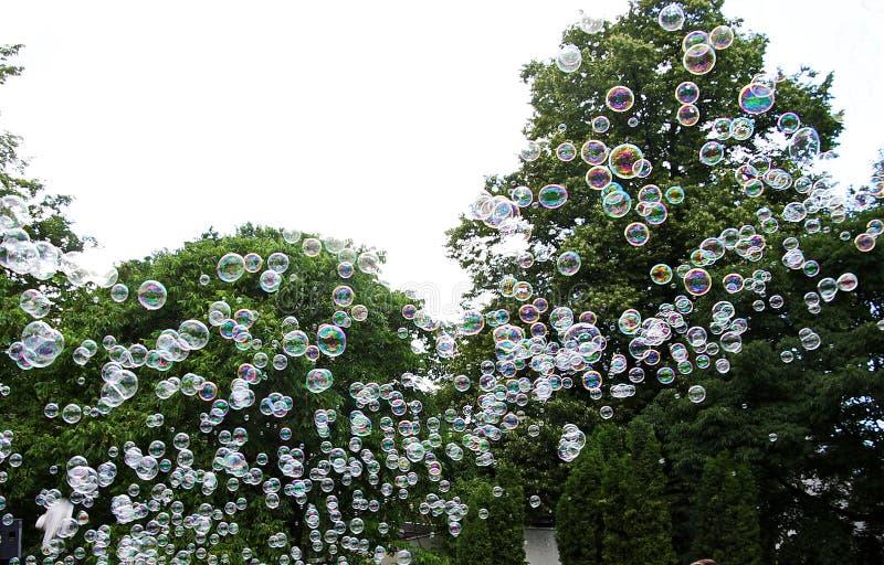 Härliga färgrika bollar flög in i den festliga himlen royaltyfri foto