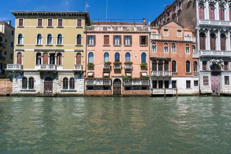 Härliga färgrika hus på vattnet på en solig dag i Venedig, Italien 14 8 2017 arkivbilder