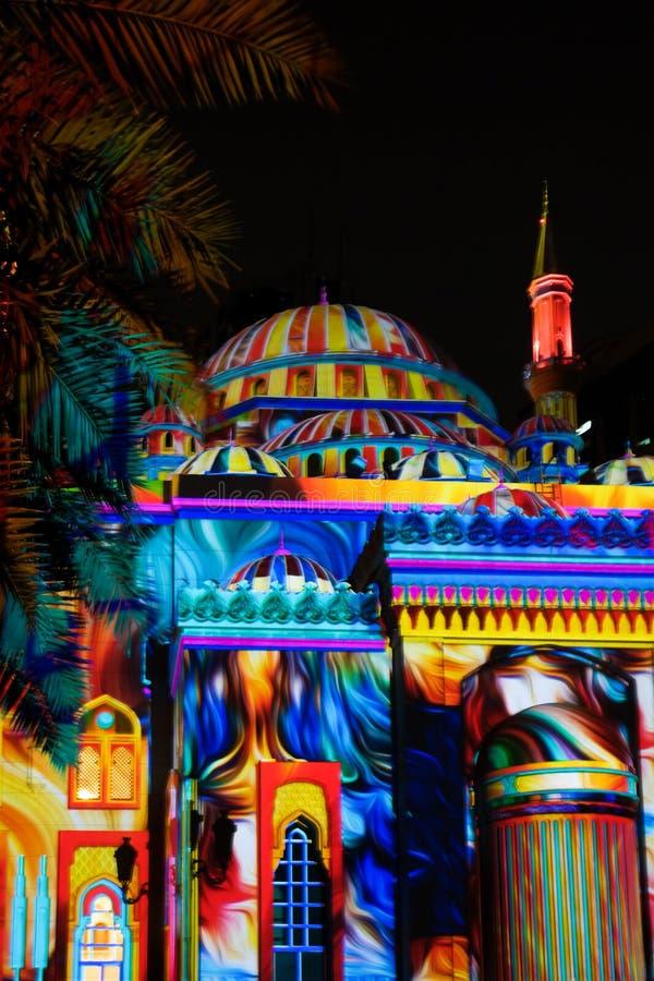 Härliga färgrika ljus med mellersta - östliga modeller och teckningar som visas på en moské - Sharjah ljusfestival royaltyfri fotografi