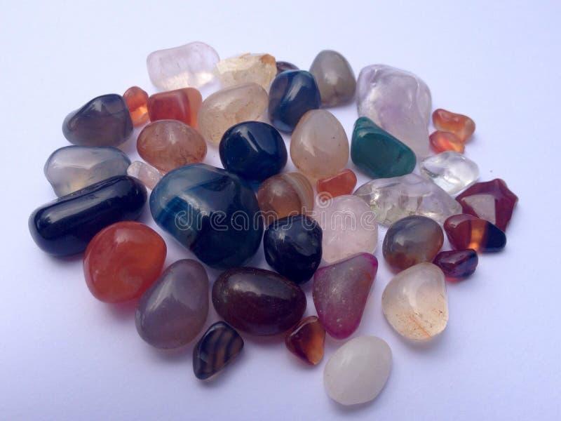 Härliga färgrika och skinande stenar på yttersida arkivfoto