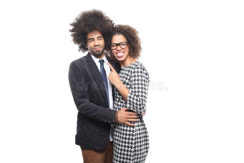 Härliga förälskelsepar framme av en vit bakgrund som gör uttryck fotografering för bildbyråer
