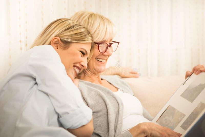 Härliga familjögonblick, moder och dotter royaltyfria bilder
