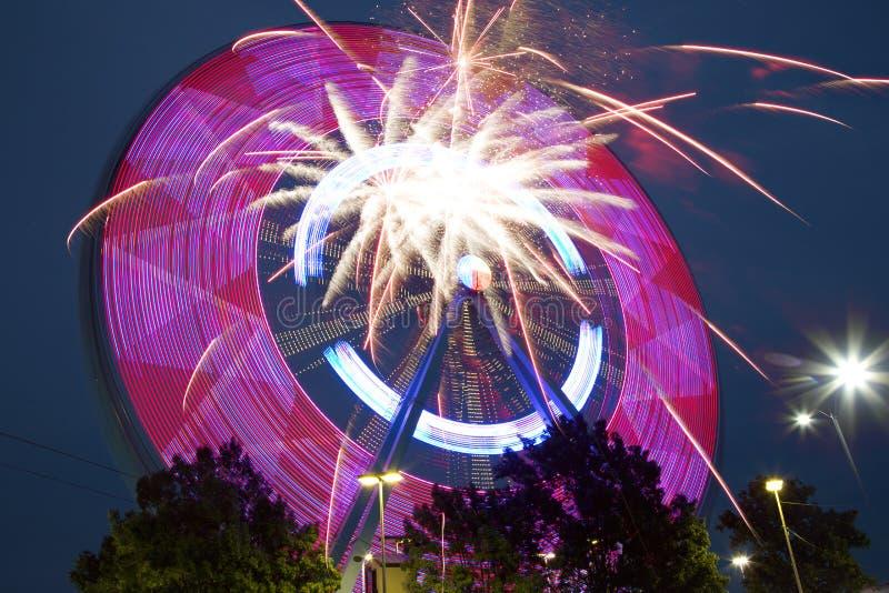 Härliga Ferris Wheel och fyrverkerier på natten TX royaltyfria foton