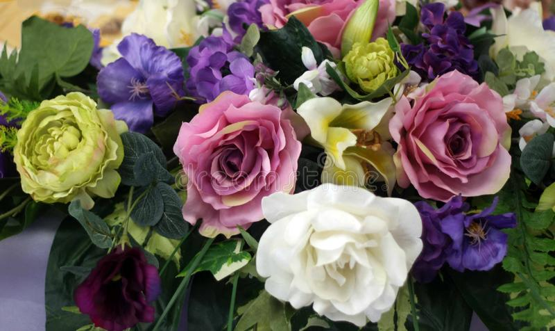 Härliga festliga garneringar av färgrika blommor arkivfoton