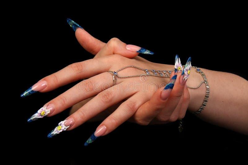 härliga fingernailfingrar mänskligt långt M royaltyfri bild