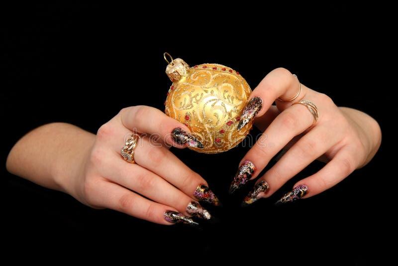 härliga fingernailfingrar mänskligt långt M royaltyfri foto