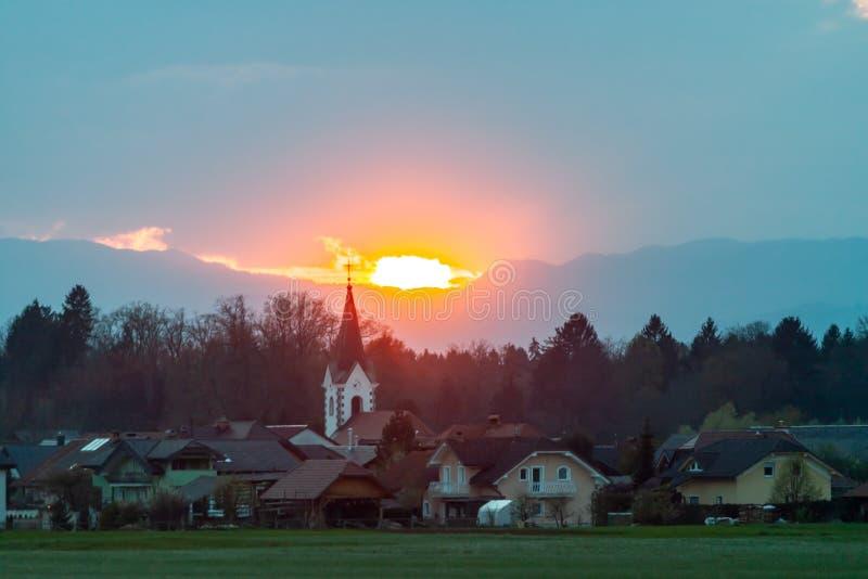 Härliga fjällängar över grönt fältaftonlandskap fotografering för bildbyråer