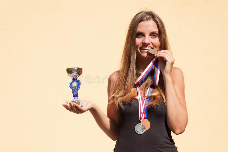 Härliga flicka- och sportmedaljer Sportmästare Utmärkelser för sportsliga prestationer arkivfoton