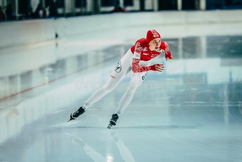 Härliga flickahastighetsskateboradåkare på ett rinnande spår som åker skridskor isbanan arkivfoton